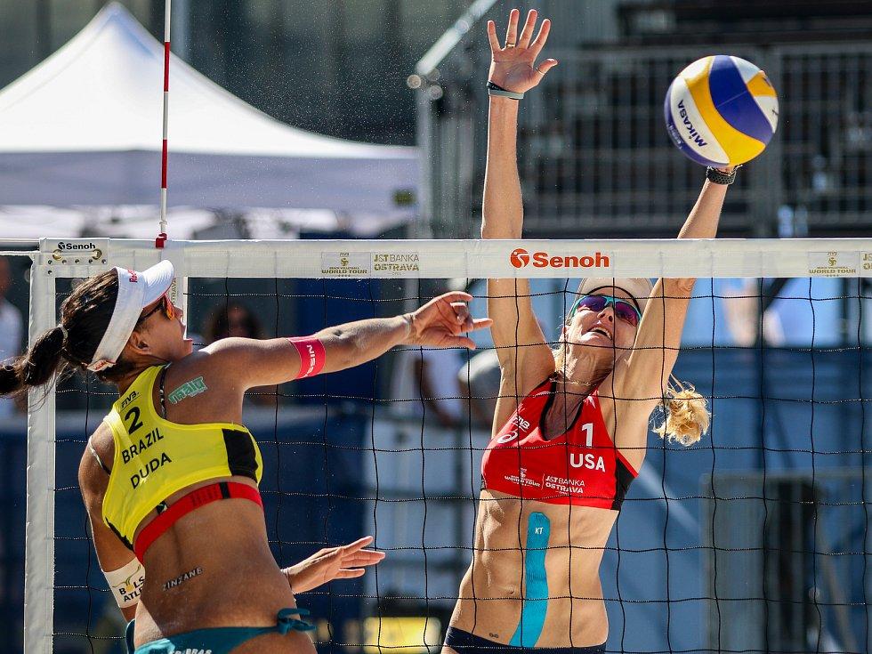 Semifinále žen USA - Brazílie. FIVB Světové série v plážovém volejbalu J&T Banka Ostrava Beach Open, 2. června 2019 v Ostravě. Na snímku (zleva) Eduarda Santos Lisboa Duda (BRA), Kerri Walsh Jennings (USA).