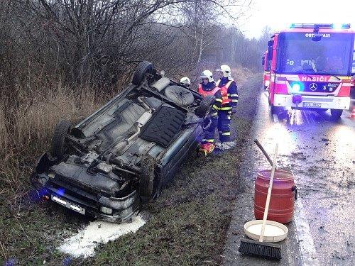 Profesionální hasiči z Ostravy-Poruby se postarali v pátek v podvečer o rychlé vytažení osobního automobilu Škoda Felicia z příkopu.