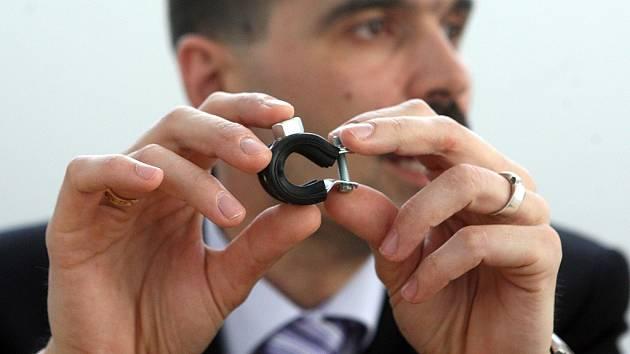 Tento kroužek, který drží v ruce moravskoslezský kriminalista, se dal běžně koupit za zhruba  deset korun. Odsouzený muž jeho cenu navýšil až na 1200 korun.