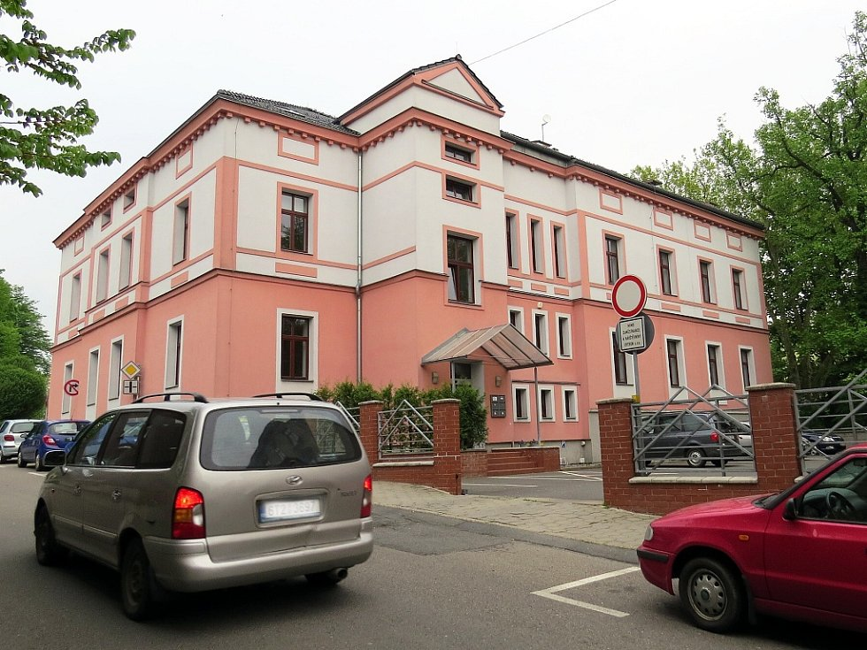 Budova na Slovanské je dnes sídlem podnikatelských subjektů, za druhé světové války tam bylo gestapo.