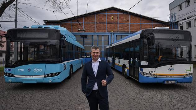 Ředitel DPO Daniel Morys při fotografování pro Deník.
