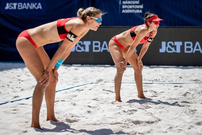 J&T Banka Ostrava Beach Open - zápas o 3. místo ženy, 6. června 2021 v Ostravě. Sarah Pavan (CAN) a Melissa Humana-Paredes (CAN).