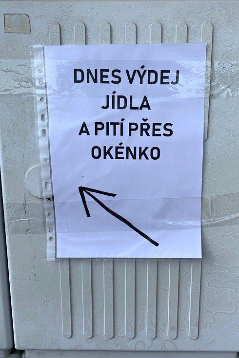 Turistické chaty v Beskydech pružně zareagovaly na nová nařízení a aspoň omezený sortiment nabízejí přes výdejní okénko.