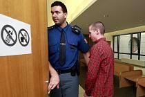 Mladík, který přepadl tři ženy, u Krajského soudu v Ostravě.