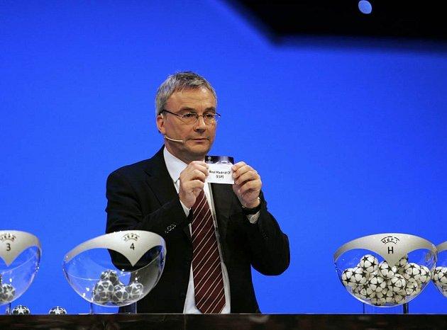 Generální sekretář UEFA David Taylor při losování