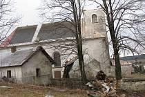 Vichřice, která se přehnala v sobotu 1. března přes Dětřichov nad Bystřicí, strhala střešní krytinu na domech a dokonce srazila kopuli kostela na místním hřbitově.