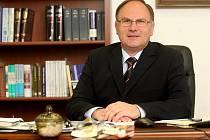 Známý ostravský advokát Matej Zachveja vstoupil do politiky ve svých osmapadesáti letech. V Moravskoslezském kraji se postavil do čela kandidátky nově vzniklé Strany práv občanů Zemanovců.