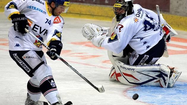 Hokejisté Vítkovic přehráli v nedělním utkání 12. kola extraligy Spartu Praha 5:2 a vrátili se do čela tabulky i díky premiérové trefě Jiřího Burgera.