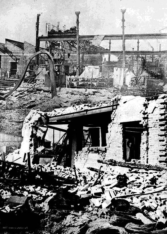 Snímek ze srpna 1944 dokazuje, že Vítkovické železárny byly bombami citelně zasaženy.