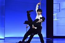 Amelia Waller jako Tulák a Koki Nishioka v roli Chaplina v taneční inscenaci Tulák.