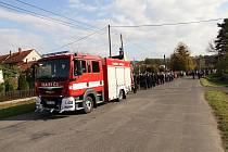 Dlouhý průvod doprovázel novou hasičskou cisternu dobrovolných hasičů v Hůrce na její cestě od kaple k hasičské zbrojnici, kde ji vysvětili faráři.