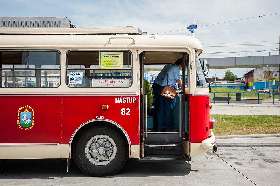 Ostravou projížděl historický trolejbus z minulého století.