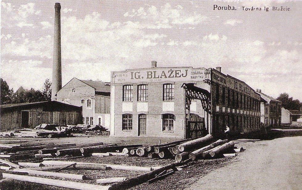 Dobový snímek továrny
