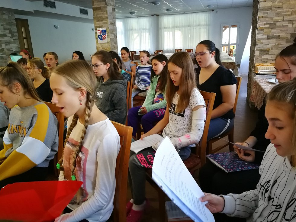Čtyřicítka dětí ze školního pěveckého sboru Mendíci strávila první tři říjnové dny v RS Budoucnost v Nové Vsi u Frýdlantu nad Ostravicí.