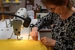 Přípravy na Velikonoce v ostravské chráněné textilní dílně Charity sv. Alexandra.