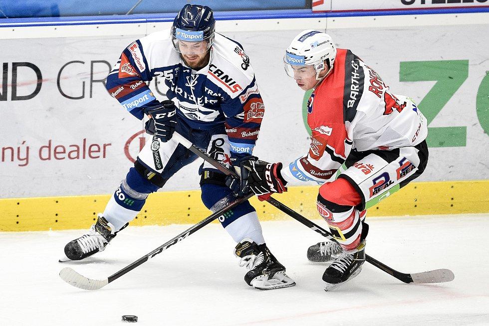 Utkání 24. kola hokejové extraligy: HC Vítkovice Ridera - HC Dynamo Pardubice, 4. prosince 2020 v Ostravě. (zleva) Josef Mikyska z Vítkovic a Ondřej Rohlík z Pardubic.