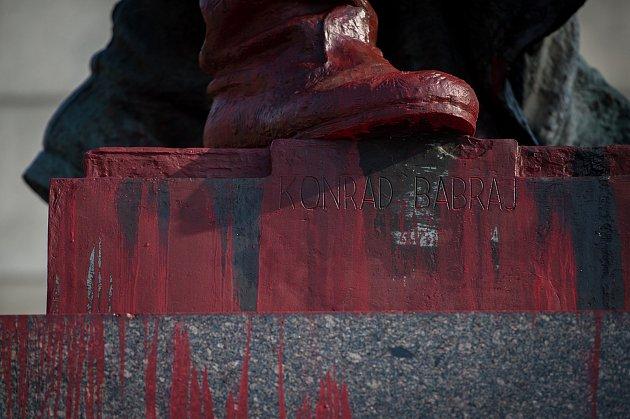 VKomenského sadech neznámý vandal poničil červenou barvou Památník Rudé armády, 24.října 2019vOstravě.