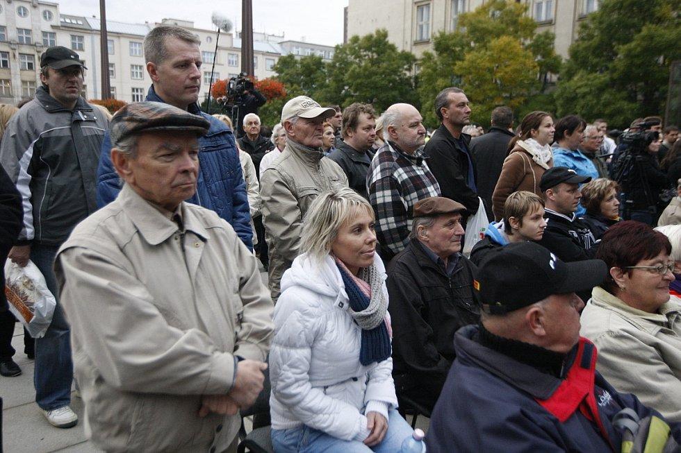 Setkání prezidenta Miloše Zemana s občany na Prokešově náměstí v centru Ostravy.