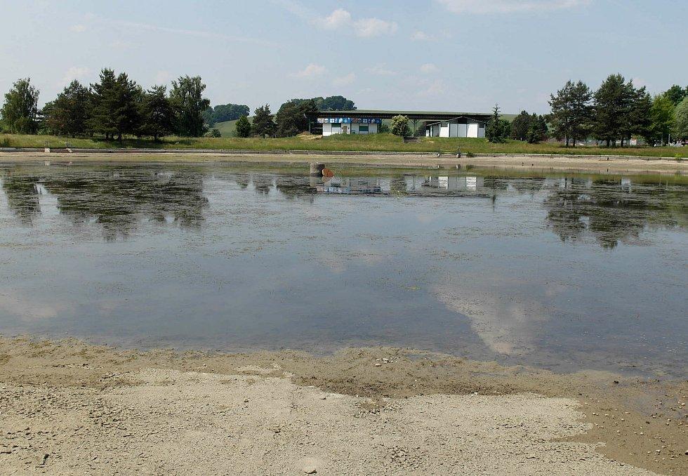 Štěrkovna, tedy oficiální rekreační areál, je otevřena od soboty a sezona se rozjíždí, kolem se však rekonstruuje a blízkost stavby znamená i určitá omezení.