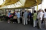 Tržnice na Černé louce letos nezažívá špatný rok. Její správkyně říká, že zákazníků přibývá a pěkné počasí láká lidi i k nákupům sazeniček.