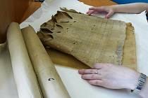 Odborníci z Archivu města Ostravy dostali do rukou k prozkoumání sto let starý rozpadající se dokument, který objevili řemeslníci při opravě věže kostela svatého Mikuláše v Porubě.