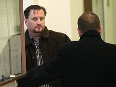 Policista Martin Štefek (vlevo) se svým obhájcem u Krajského soudu v Ostravě.