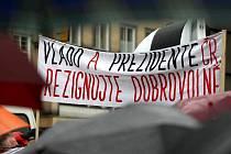 Polovinu Masarykova náměstí v neděli  odpoledne zaplnily deštníky a vlajky nespokojených občanů, kteří i přes nepřízeň počasí přišli vyjádřit podporu Holešovské výzvě.