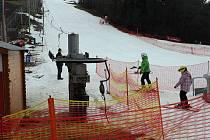 Provozovatelé areálu Skalka v Ostravě-Porubě pořád ještě drží sníh na sjezdovce.
