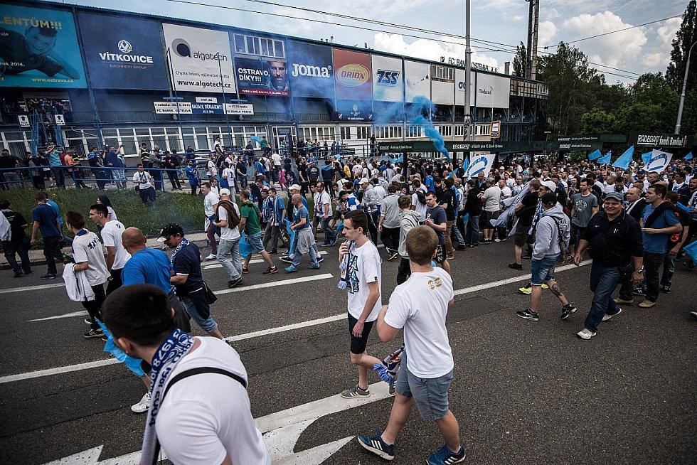 V sobotu ve tři hodiny z Prokešova náměstí vyrazil pochod fanoušků Baníku, kteří pro poslední duel zrušili svůj bojkot domácích utkání.
