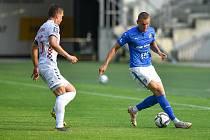 Fotbalový útočník Baníku Ostrava Ladislav Almási (vpravo) při ligové generálce v Polsku proti Górniku Zabrze.