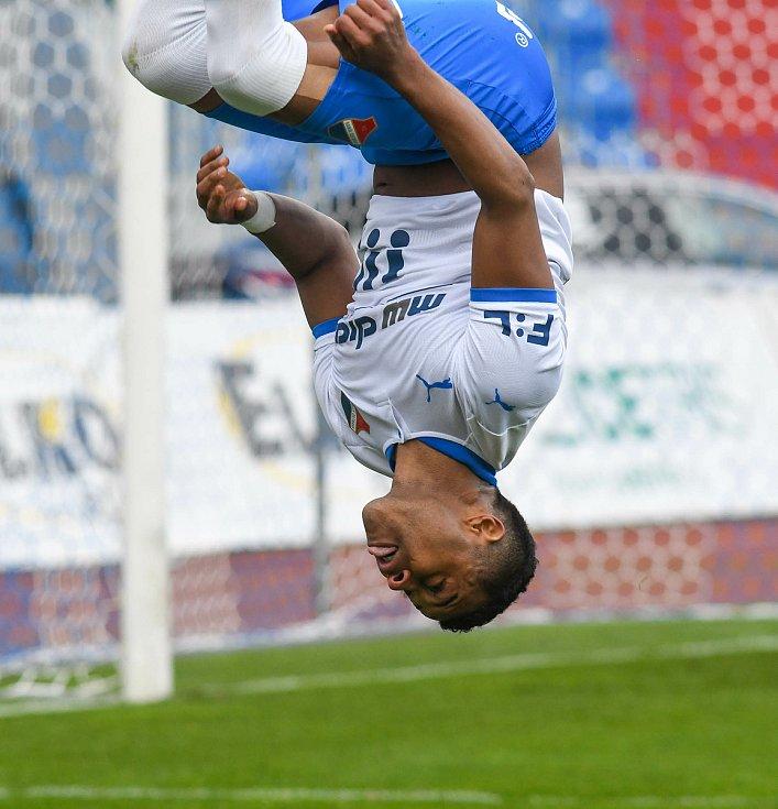 Fotbalisté Baníku Ostrava (v modro-bílém) v duelu 28. kola FORTUNA:LIGY s Mladou Boleslaví (2:1). Dyjan Carlos de Azevedo oslavil proměněnou penaltu na 1:1 saltem.