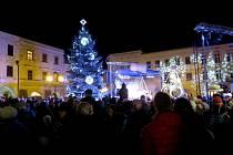 NOVÝ JIČÍN. Vánočním stromem, který letos zdobí novojičínské Masarykovo náměstí, je dvanácti metrový smrk. Radnici ho darovala rodina Štěpánova z Bludovic. I letos je ozdoben světelnými řetězy, krápníky a koulemi s bílými LED žárovkami.