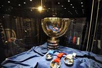 Pohár pro mistry světa v ledním hokeji a sada medailí pro nejlepší týmy šampionátu, který se v květnu odehraje v Praze a Ostravě.