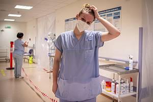 Studentka medicíny Mikki Pospech pomáhá na provizorním kovidovém oddělení (původně Chirurgie A) v nemocnici AGEL Ostrava-Vítkovice, 30. října 2020 v Ostravě.