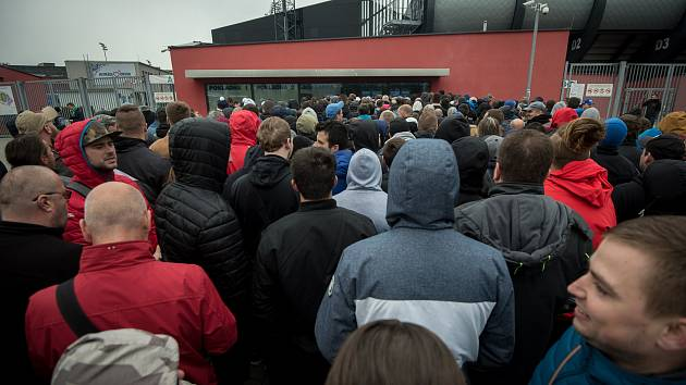 Fronta před městským stadionem na lístky pro finálový zápas MOL Cupu Baníku Ostrava proti Slavia Praha, který se bude konat 22. května 2019 v Olomouci.