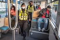 Hlídka Městské policie Ostrava (MPO) kontroluje ve vozidlech Dopravního podniku Ostrava (DPO) povinnost nosit roušky/respirátory, 22. října 2021 V Ostravě.