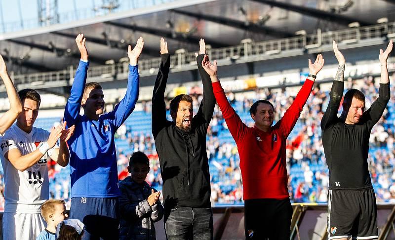 radost, výhra, zleva Robert Hrubý, v černém Milan Baroš, a zcela vpravo Jan Laštůvka