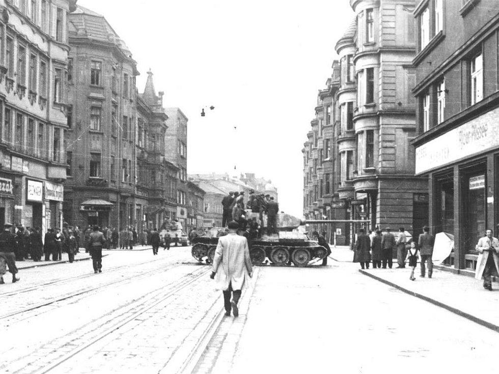 Historický okamžik při osvobozování Ostravy: zatímco jeden tank zamířil od hotelu Palace k Říšskému mostu (později Sýkorovu), druhý pokračoval Nádražní třídou a zamířil do Mlýnské ulice.
