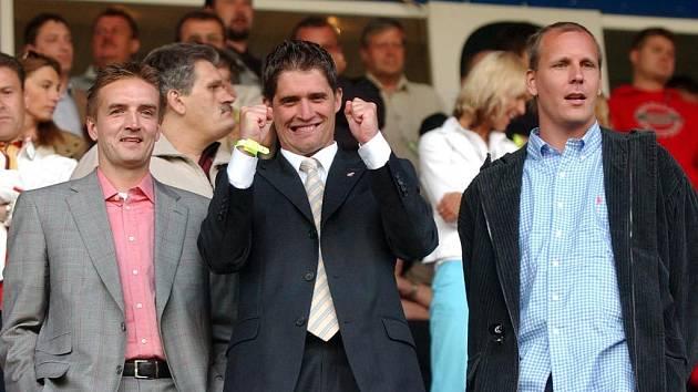 Jakub Kahoun (uprostřed) se raduje ve společnosti dalších klíčových bossů ostravského klubu Tomáše Petery (vlevo) a Daniela Vacka