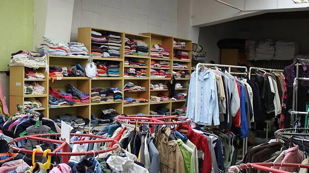 Humanitární sklad s vytříděným oblečením.