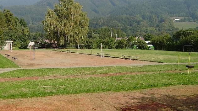Z hřiště u Základní a mateřské školy v Raškovicích by se po nezbytných úpravách mohlo stát sportovní minicentrum pro všechny generace.