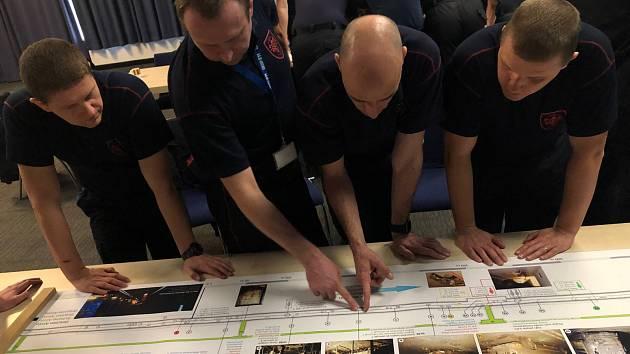 Kurz moravskoslezských hasičů zaměřený na zdolávání mimořádných událostí v silničních a železničních tunelech.