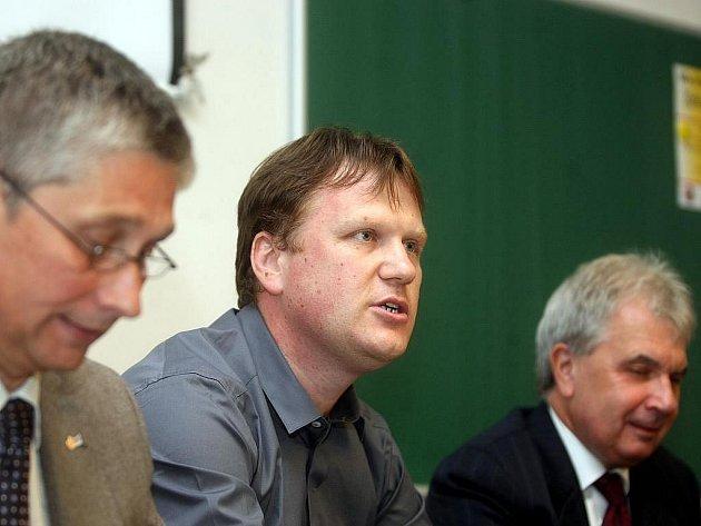 Antonín Balnar mezi rektory univerzit Ivo Vondrákem (vlevo) a Jiřím Močkořem. Ilustrační foto.