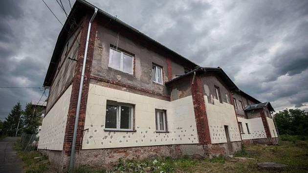 Jeden z rekonstruovaných domů v Kovařovicově ulici na Salmě.
