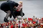 Den třetí po střelbě ve Fakultní nemocnici Ostrava (FNO), 12. prosince 2019 v Ostravě. Na snímku pietní místo před budovou nemocnice.
