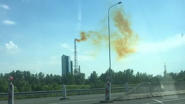 V pondělí 3. června kolem 17. hodiny vycházel z komínu v Moravských chemických závodech (MCHZ) v Ostravě podivný červenožlutý kouř.