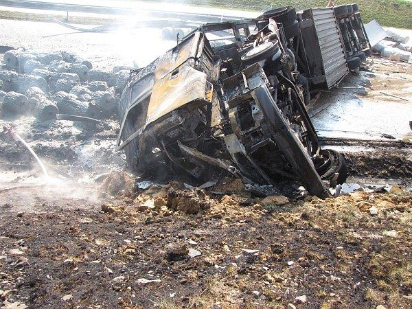Nehoda a požár kamionu na D1 uBělotína.