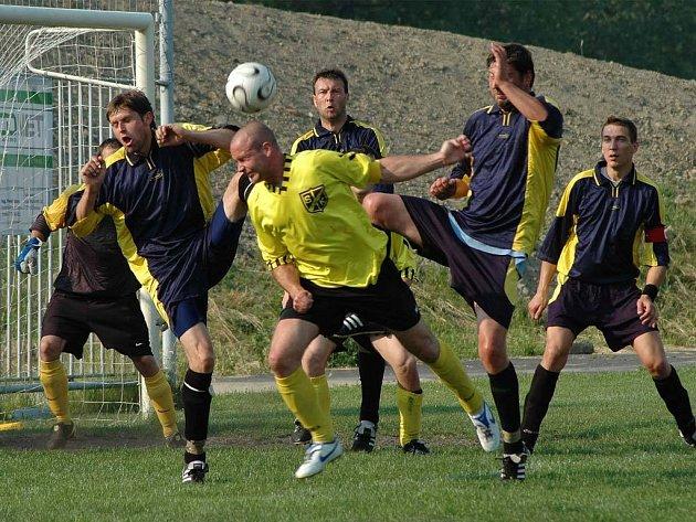 BEZ PORÁŽKY. Fotbalisté Radvanic (ve tmavém) prošli I. B třídou bez porážky a jen se čtyřmi remízami. Jedním z týmů, které jim vzaly body, byla Polanka (snímek z utkání).