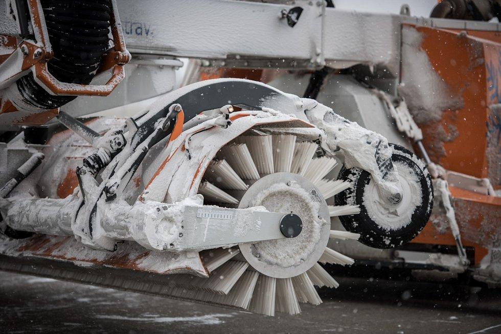 Uklidit sněhu z letištních ploch. Letiště v Mošnově disponuje deseti stroji zimní údržby.