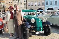 V Novém Jičíně na náměstí končila v úterý svatováclavská jízda automobilových veteránů. Miluše a Jaroslav Vlčkovi a jejich Tatra 54.